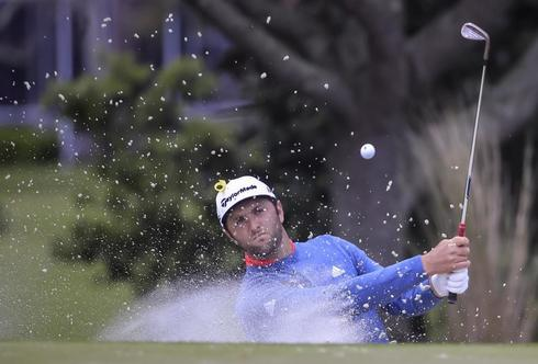 Rahm golpea desde el bunker del hoyo 2 en la ronda final en The Players.
