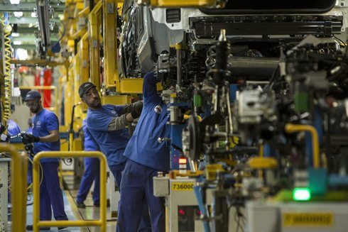 Un operario trabaja en la planta de la multinacional Ford en Almussafes.