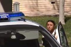 María Gombau antes de entrar en un vehículo de la Guardia Civil tras decretar el juez su ingreso en prisión sin fianza.