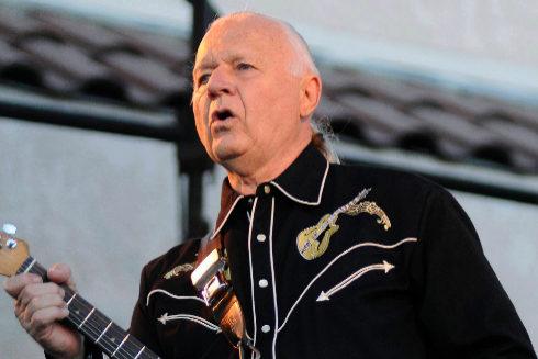 El guitarrista estadounidense Dick Dale, pionero y rey de la música...