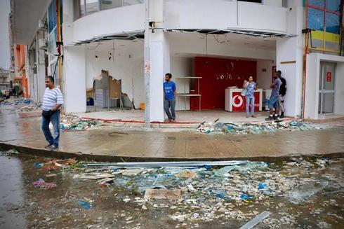 Vecinos de Beira observan los daños del ciclón.