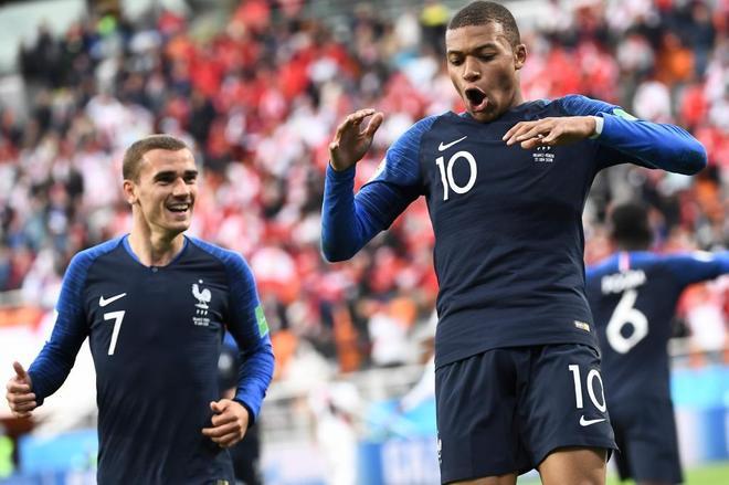 Los jugadores franceses Kylian Mbappe y Antoine Griezmann durante el...
