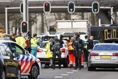 Servicios de emergencia en la plaza del 24 de Octubre en Utrecht.