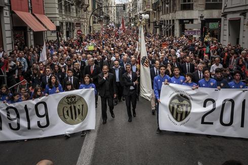 Multitudinaria marcha cívica en el día del Centenario