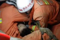 Agónico rescate de un niño en un deslizamiento de tierras