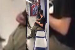 Afila un cuchillo de grandes dimensiones en el Metro