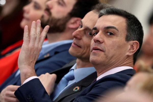 Pedro Sánchez, junto a Pedro Duque, en un acto, hoy, en Madrid.