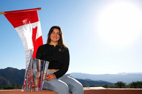 Andreescu posa con su trofeo de Indian Wells.