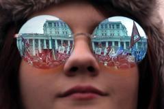 Una mujer asiste a una manifestación en Moscú para conmemorar el quinto aniversario de la anexión de Crimea.