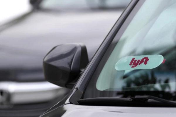 El logo de Lyft en un parabrisas de un coche en EEUU