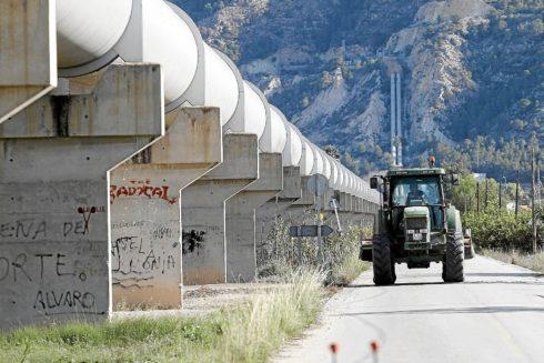 Tubos del trasvase Tajo-Segura a su paso por el municipio alicantino de Orihuela.