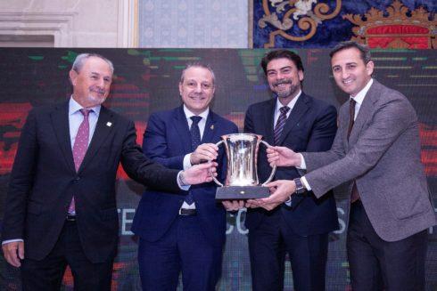 El alcalde de Alicante, Luis Barcala, ayer junto a presidente de la Diputación, César Sánchez, en el sorteo de la Copa del rey de Balonmano.
