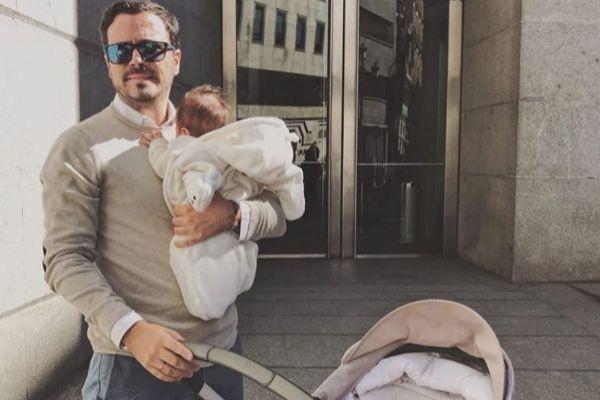 Alberto Garzón con su hija a la puerta del Congreso