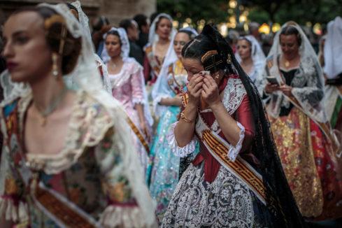 Devoción floral de las Fallas para vestir a la Virgen de los Desamparados