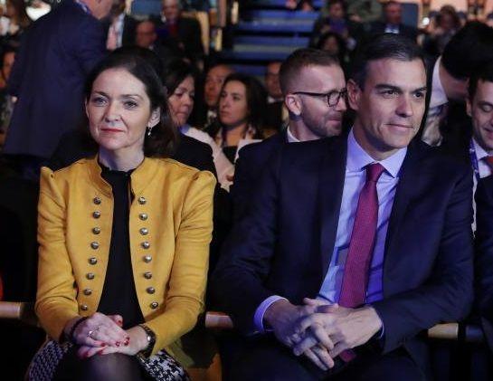 La ministra de Industria, Reyes Maroto, y el presidente del Gobierno, Pedro Sánchez, en V Foro de Innovación Turística Hotusa Explora