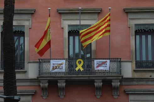 Lazo amarillo en la fachada de la Consejería de Economía