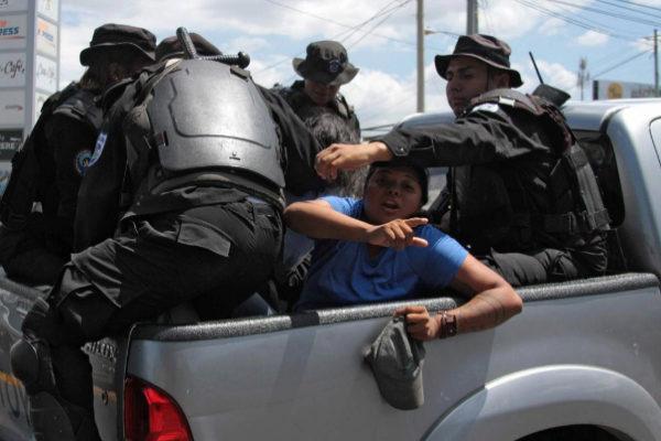 La policía detiene a dos opositores, este sábado, en Managua.