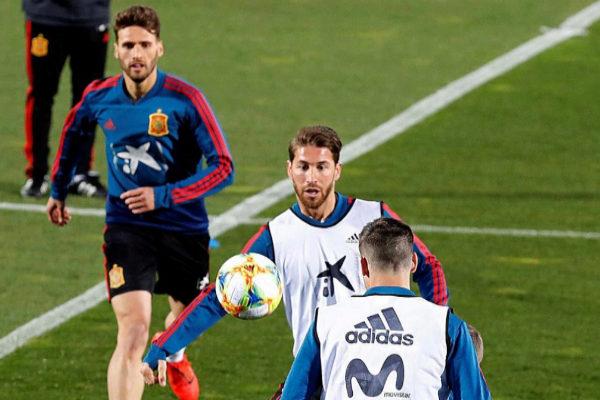Ramos mira el balón, durante el entrenamiento de este lunes en Las Rozas.