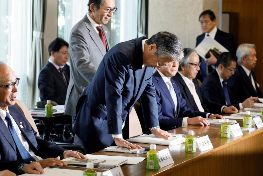 KMA01. TOKIO (JAPÓN).- El presidente del Comité Olímpico de Japón, Tsunekazu <HIT>Takeda</HIT> (c), asiste este martes a una reunión del consejo del Comité Olímpico en Tokio (Japón). <HIT>Takeda</HIT>, que está siendo investigado por la justicia francesa por su presunta implicación en una trama de compra de votos para elegir las sedes de los Juegos Olímpicos, pdría renunciar este martes a raíz de las pesquisas abiertas contra él.