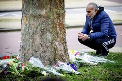 Un ciudadano musulmán deposita un ramo de flores cerca del lugar del tiroteo en Utrecht.