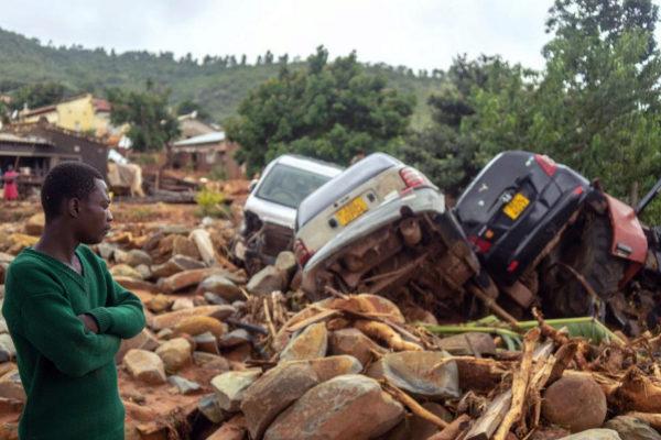 Un hombre observa los destrozos causados por el ciclón Idai Chimanimani (Zimbabue).