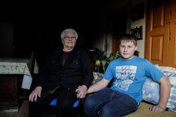 Adrián Beovides, con la señora más anciana del  municipio de Yernes y Tameza.