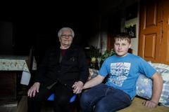 Adrián Beovides, con su abuela.