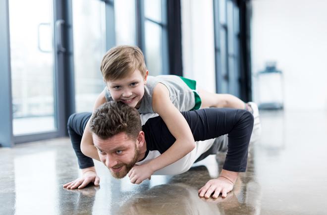 La tabla de ejercicios definitiva para padres: fortalece piernas, glúteos y abdomen con la ayuda de tu hijo