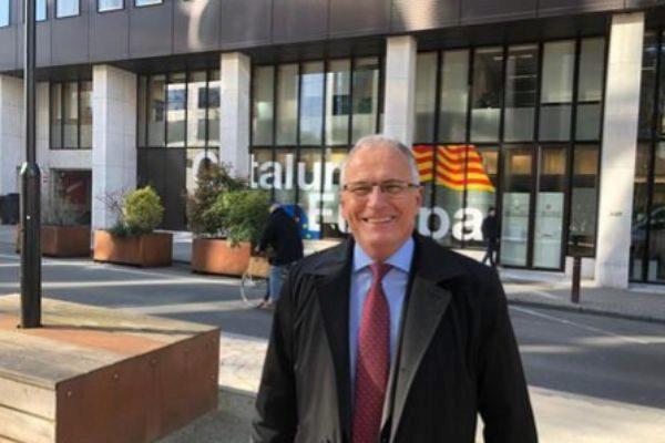 El candidato del PP a la Alcaldía de Barcelona, Josep Bou, esta mañana ante la sede de la Delegación de la Generalitat en Bruselas.