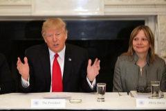 El presidente de EEUU, Donald Trump, junto a Mary Barra, CEO de GM