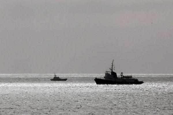 Buques patrulla de la Guardia di Finanza italiana vigilan, el barco Mare Jonio,  frente a Lampedusa.