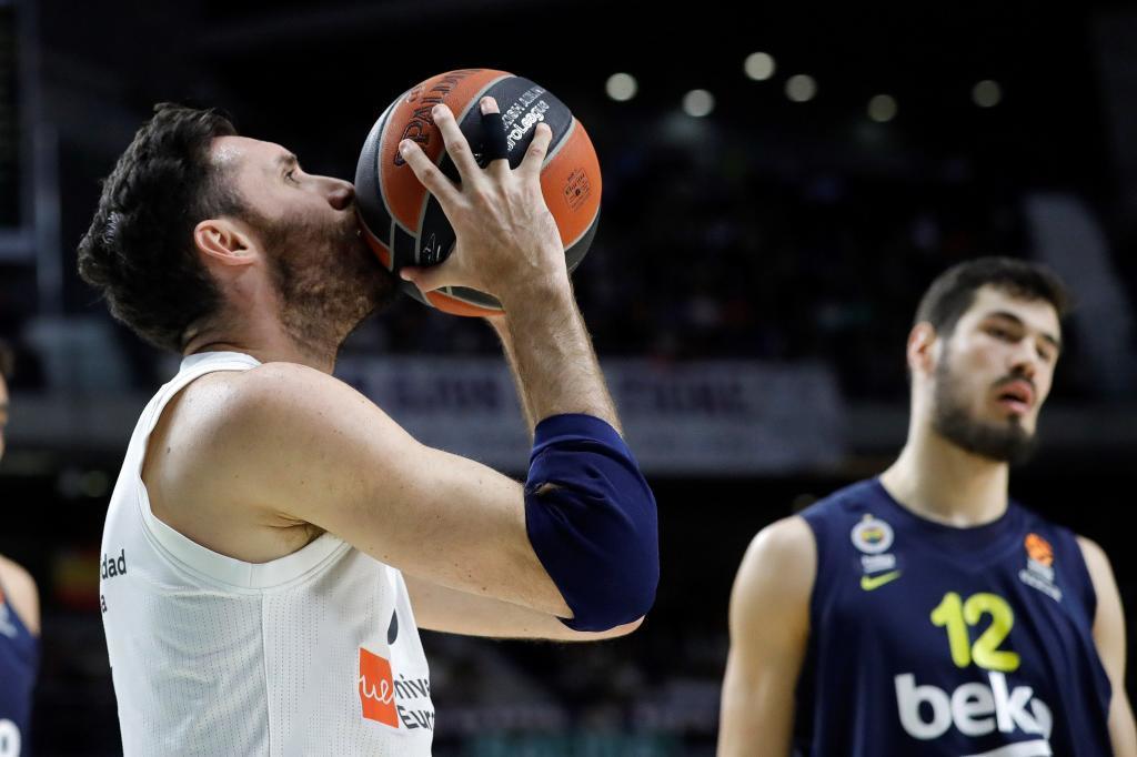 GRAF595. MADRID.- El jugador del Real Madrid <HIT>Rudy</HIT> <HIT>Fernández</HIT> (i), durante el partido de la Euroliga de baloncesto ante el Fenerbahce que disputan este jueves en el WiZink Center, en Madrid.