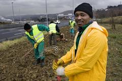 Trabajadores inmigrantes en una carrtera de Bizkaia.