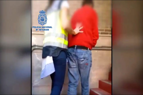 Fotograma del vídeo de la detención del pederasta británico.