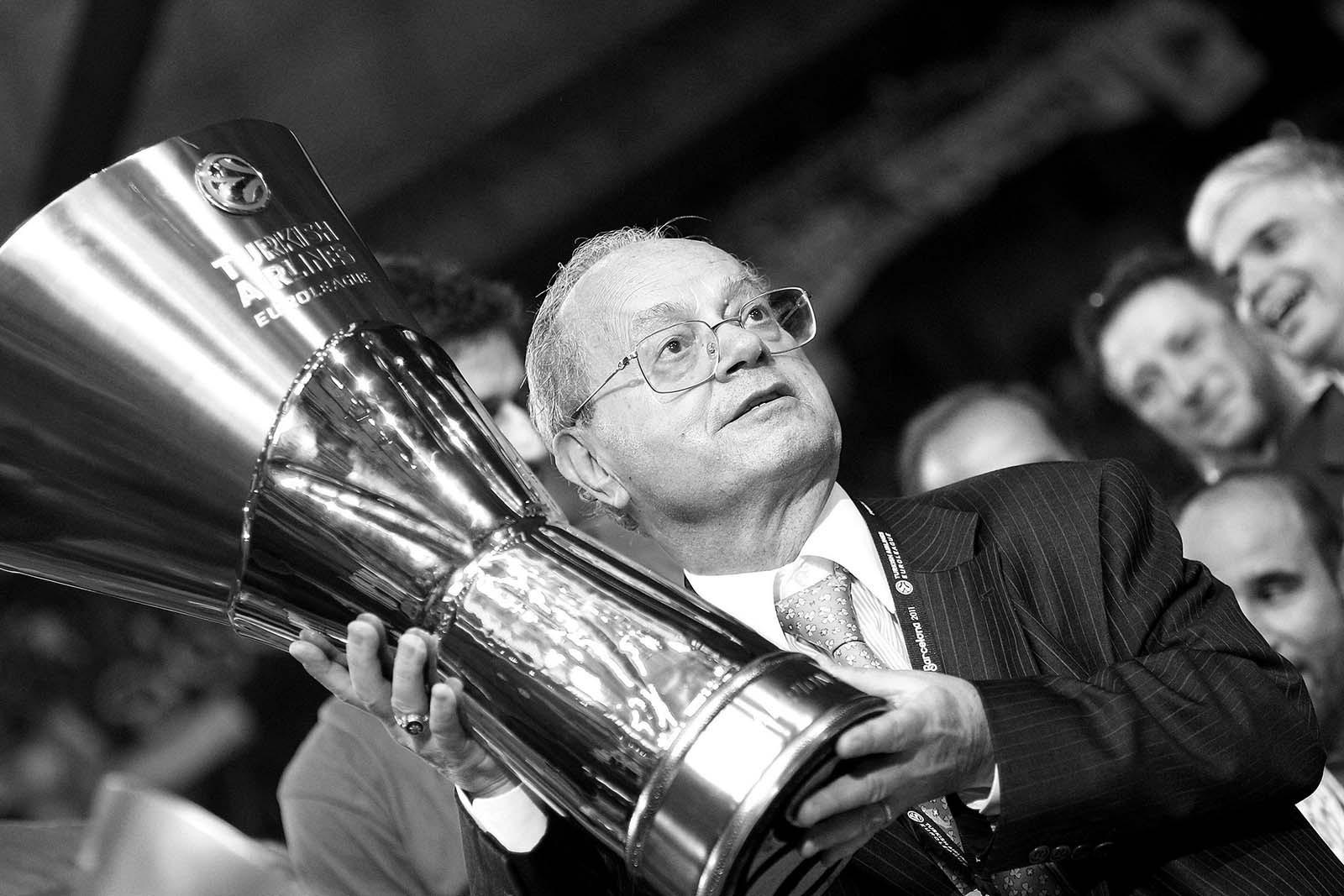 Thanasis Giannakopoulos, con el trofeo de la Euroliga.