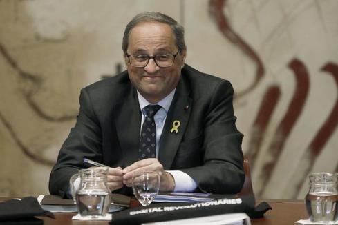 Torra desafía a la Junta Electoral y mantiene los lazos amarillos