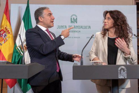 El portavoz del Gobierno, Elías Bendodo, y la consejera Rocío Ruiz.
