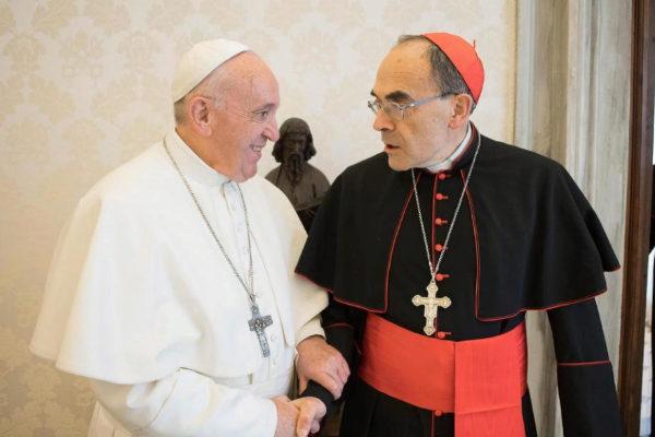 El papa Francisco saluda al arzobispo de Lyon, ayer, en el Vaticano.