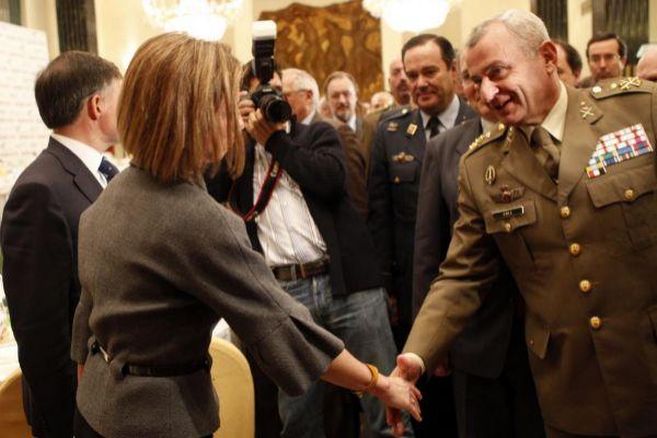 El general Fulgencio Coll saludando a la ministra de Defensa Carmen Chacón, en una imagen de 2011.