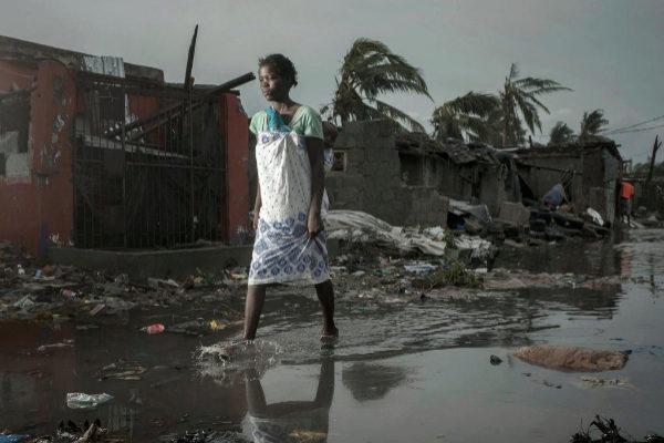 """El ciclón entró en Mozambique el pasado jueves y continuó rumbo a <a href=""""https://www.elmundo.es/internacional/2019/03/16/5c8d15d3fdddffc61e8b45b4.html"""">Zimbabue</a>, destruyendo todo a su paso. En la imagen, una lugareña camina entre los destrozos en la provincia de Sofala, en el centro del país."""