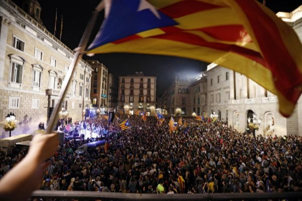 La plaza Sant Jaume de Barcelona después de la declaración independentista de octubre de 2017.