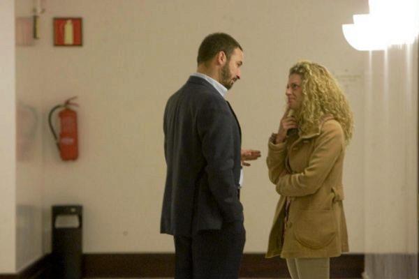 Santiago Abascal y Nerea Alzola conversan en el Parlamento Vasco cuando ambos eran diputados.