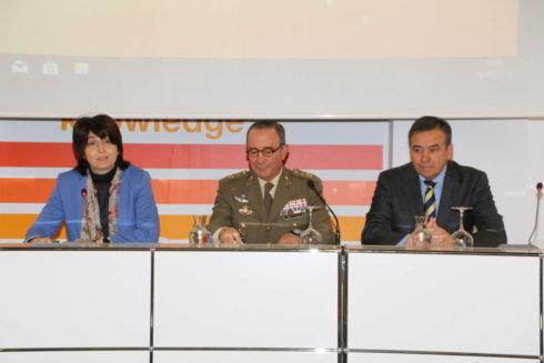 La vicerrectora de la UNIA Encarnación Mellado, el t. general, Juan Gómez de Salazar, jefe de la Fuerza Terrestre, y el coronel Juan Mora.