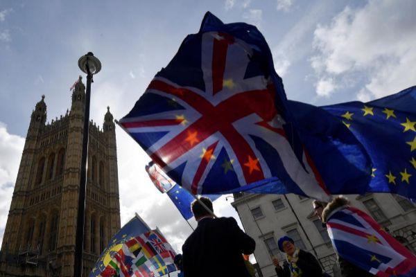 Un grupo de personas se manifiesta en contra del Brexit ante el parlamento británico.