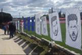 Pancartas con las cara de Simeone, en el entrenamiento.