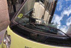 Un coche del Ayuntamiento con etiqueta B aparcado dentro de la zona vetada