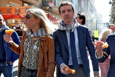 El presidente del PP nacional, Pablo Casado, junto a su mujer Isabel Torres, ayer en una visita a las Fallas de Valencia.