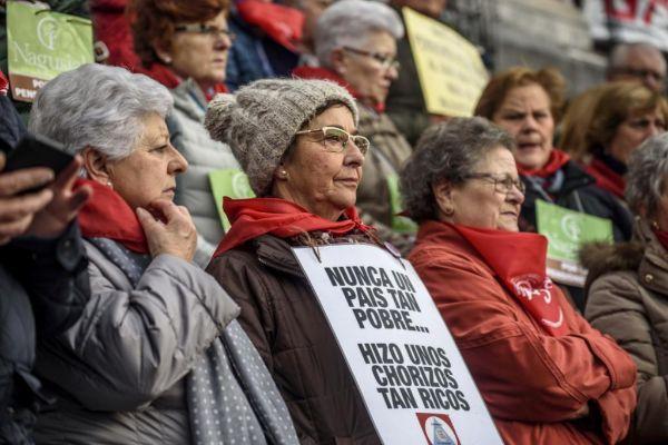 Un grupo de pensionistas se manifiesta frente al ayuntamiento de Bilbao.
