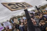 Una joven grita en la marcha de Londres
