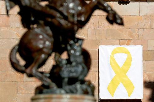 Lazo amarillo en una de las fachadas del Palau